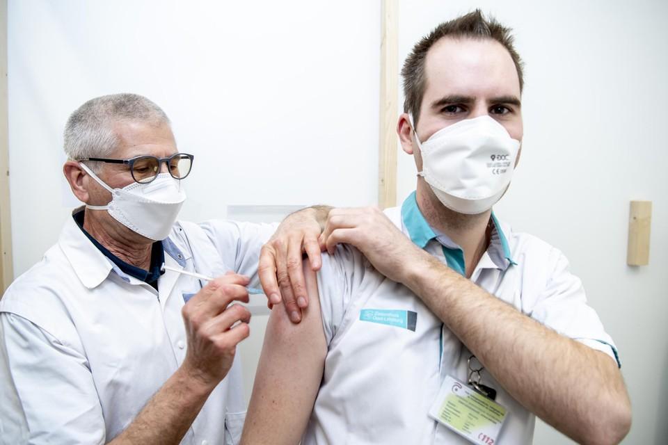 """Een personeelslid van het ZOL in Genk krijgt zijn vaccin. De vaccinatiebereidheid is in dit ziekenhuis 83 à 84 procent. """"We willen dit graag optrekken tot boven 90 procent."""""""