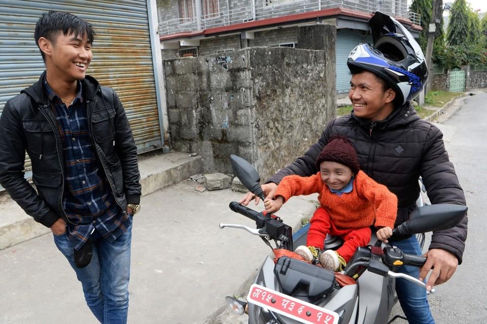Khagendra Thapa Magar op de brommer bij zijn jongere broer, begin december 2018.
