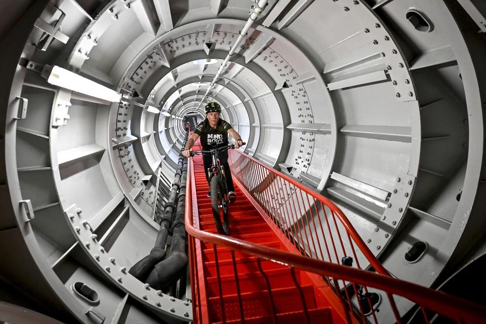 Van in de bovenste bol van het Atomium ging het 506 treden naar beneden.