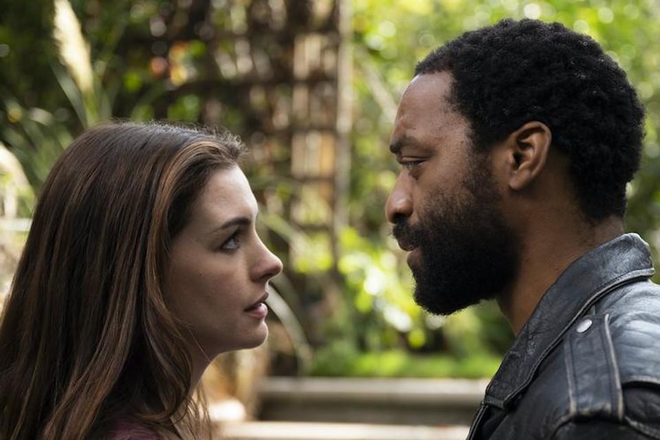 Anne Hathaway en Chiwetel Ejiofor plannen tijdens de lockdown een overval in Harrods.