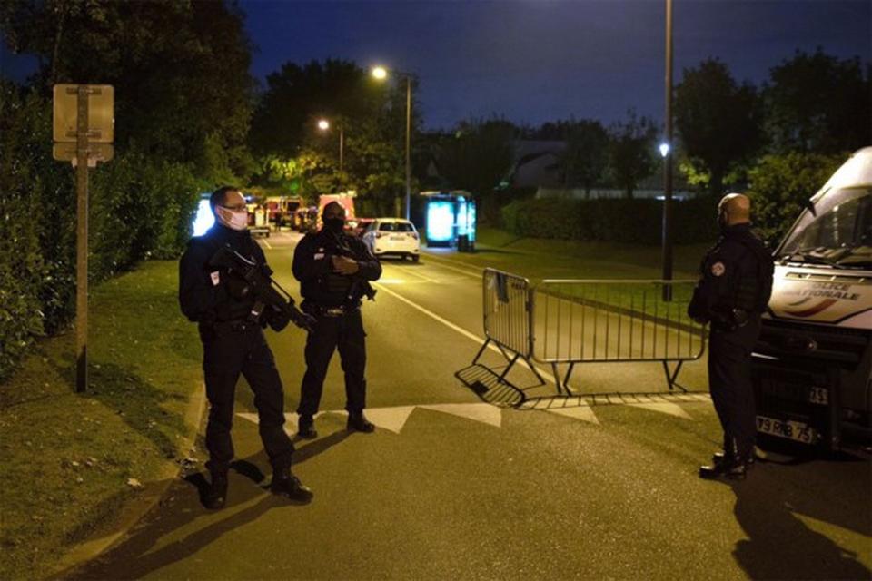 Politietroepen hielden na de aanslag de wacht in Eragny.