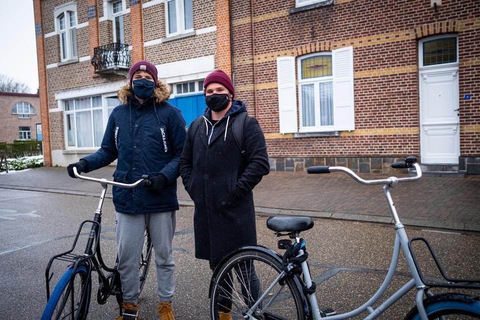 """Studenten Hans en Tom zitten op kot in Veldwezelt. """"Veel goedkoper en met de fiets zijn we in tien minuten in Maastricht."""""""