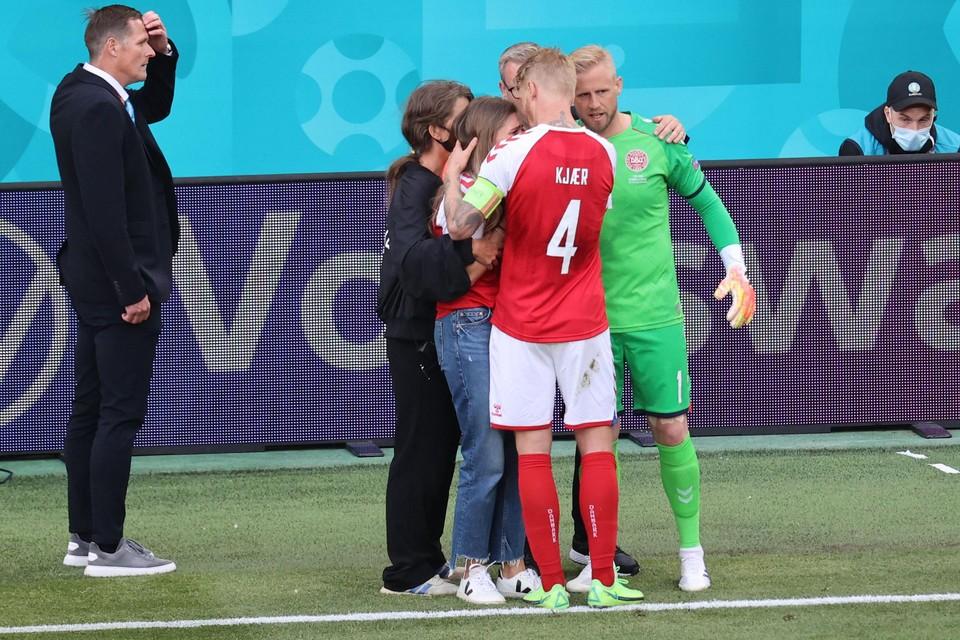 Schmeichel (in het groen) samen met kapitein Simon Kjaer bij de vriendin van Eriksen.