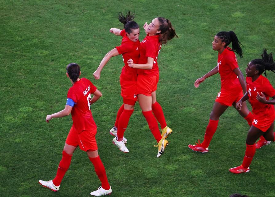 De Canadese vrouwen konden twintig jaar lang niet winnen van Team USA, maar in Tokio geschiedde het wonder. Doelpuntenmaakster Jessie Fleming vond dat reden genoeg om eens gek te doen.