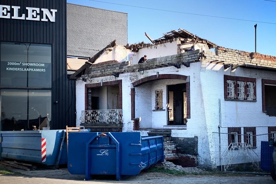 De afbraakwerken van het spookhuis aan de Grote Baan zijn gestart. Wat er in de plaats komt staat nog niet vast.