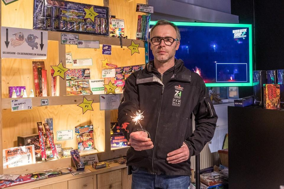 Tom Van Landeghem staat er maar sip bij: alleen vuurwerk van categorie F1, zoals dit vuursterretje, vindt nu een koper.