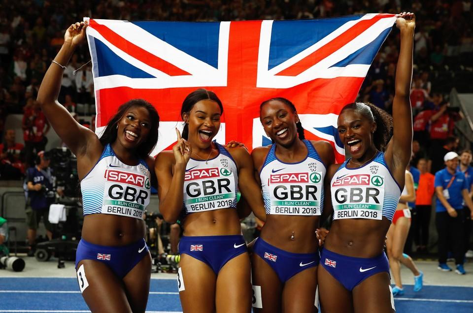 Asha Philip (links), Imani Lansiquot, Bianca Williams en Dina Asher-Smith nadat ze Europees kampioen werden in 2018.