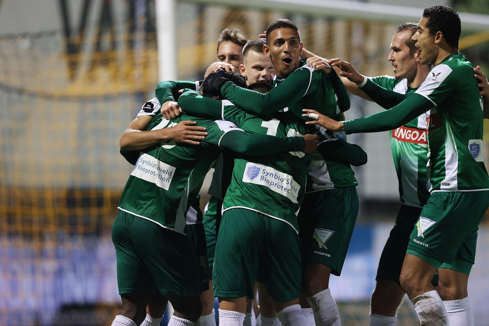 De spelers van Lommel vieren de 1-2 van Moreno.
