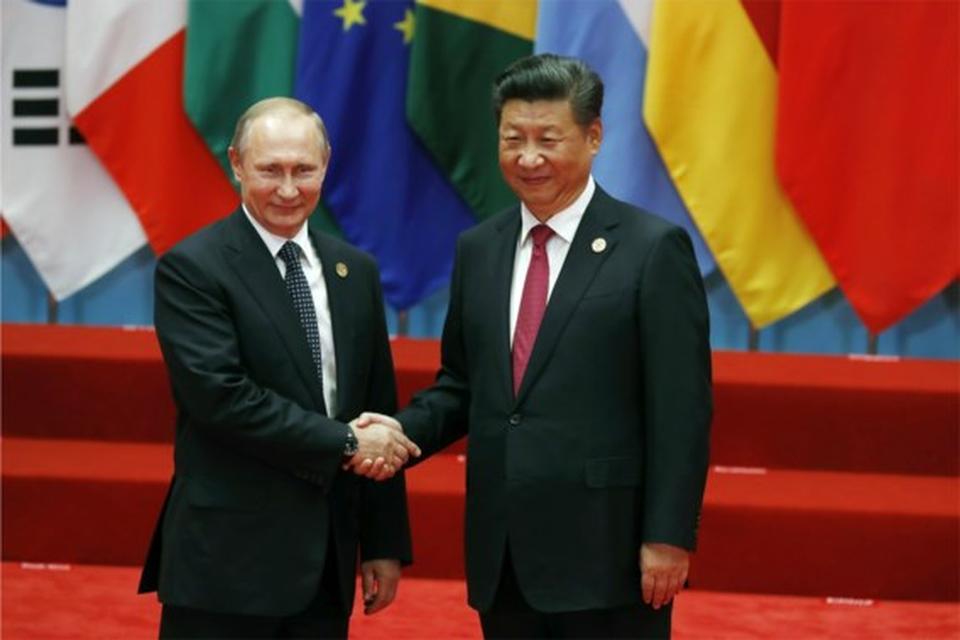 De Russische president Vladimir Poetin (links) en zijn Chinese collega Xi Jinping (archiefbeeld)