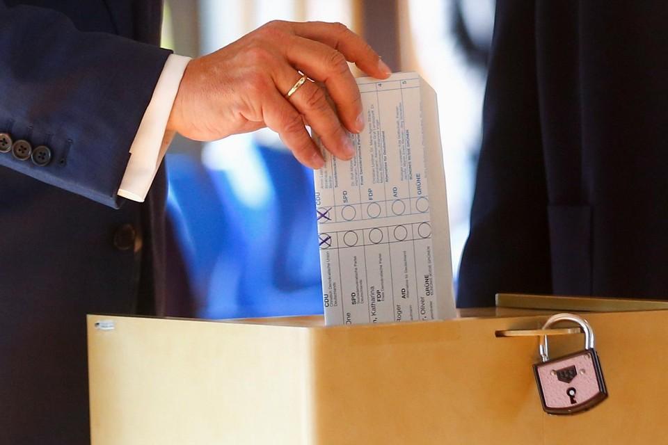 Armin Laschet vouwde z'n stembrief binnenstebuiten.