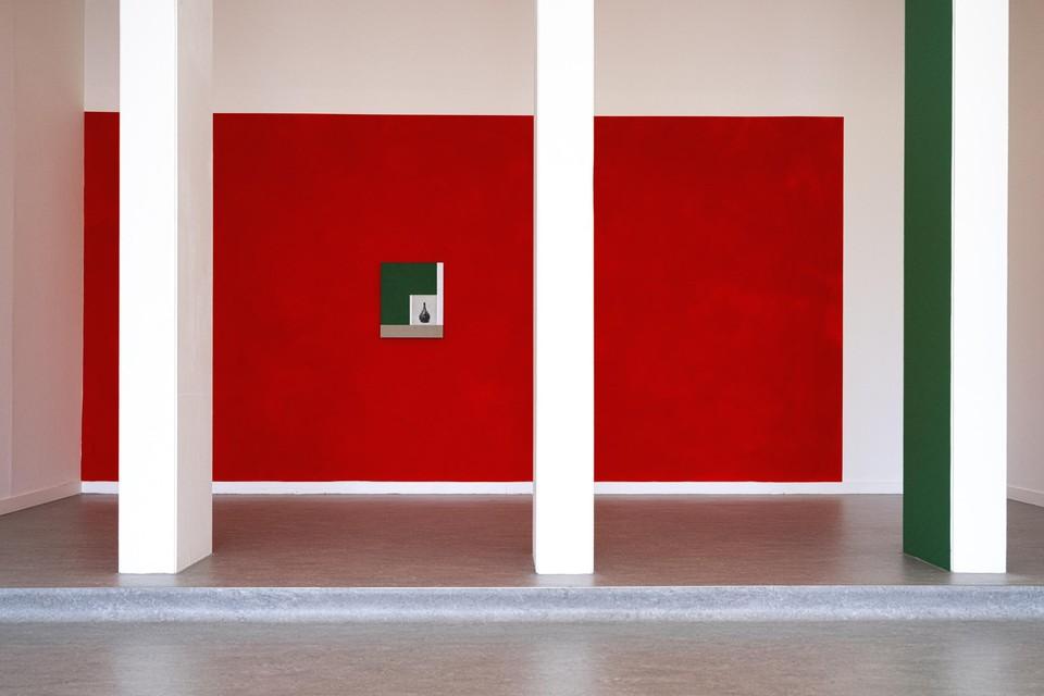 Kamrooz Aram schildert bewust buiten het canvas en zuigt zo de omgeving mee in zijn werk.