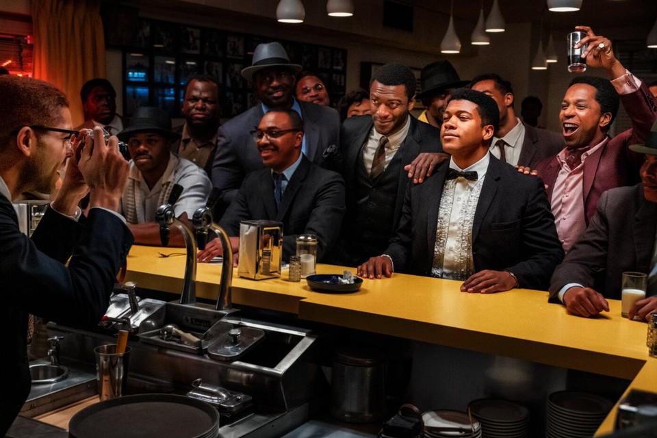Malcolm X neemt een foto van Cassius Clay, geflankeerd door Jim Brown (links) en Sam Cooke (rechts) in 'One Night in Miami'.
