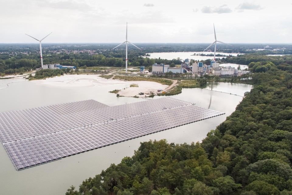 Het drijvend zonnepark in Dessel telt 17.250 zonnepanelen.