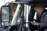 thumbnail: Maart 2017. Trump schreeuwt het uit aan het stuur van een geparkeerde vrachtwagen bij het Witte Huis. Truckersbonden komen er langs voor ernstig sociaal overleg met de president.