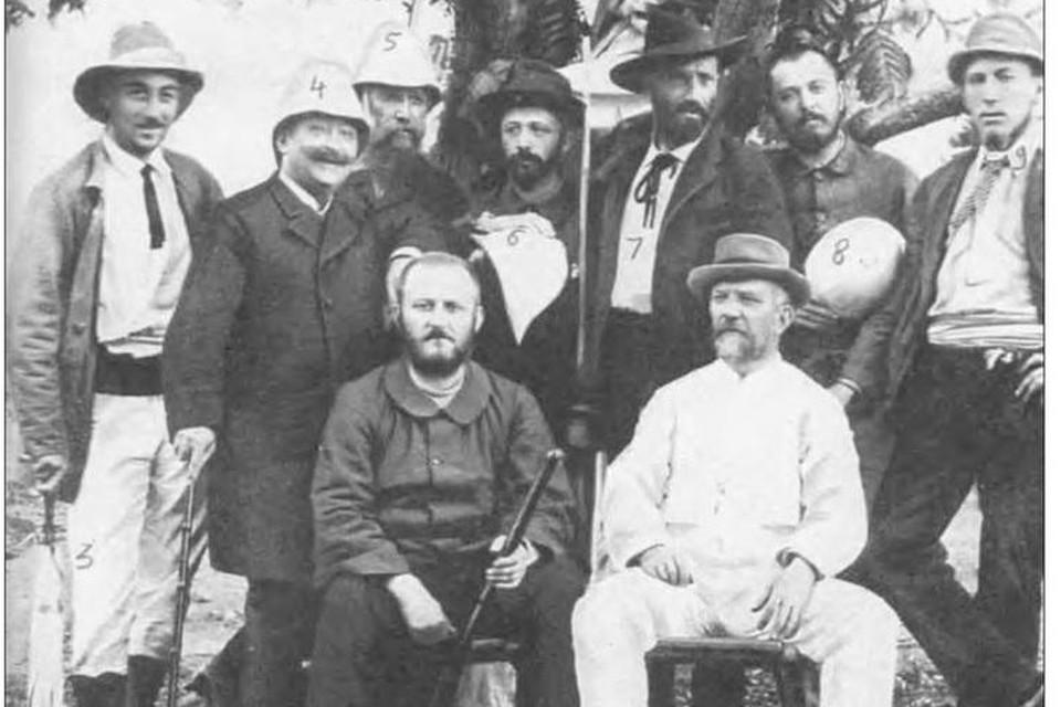 Ernest Cambier (vooraan rechts) naast Albert Thys, de zakenman met wie hij terugkeert naar Congo na zijn noodlottige tweede reis.