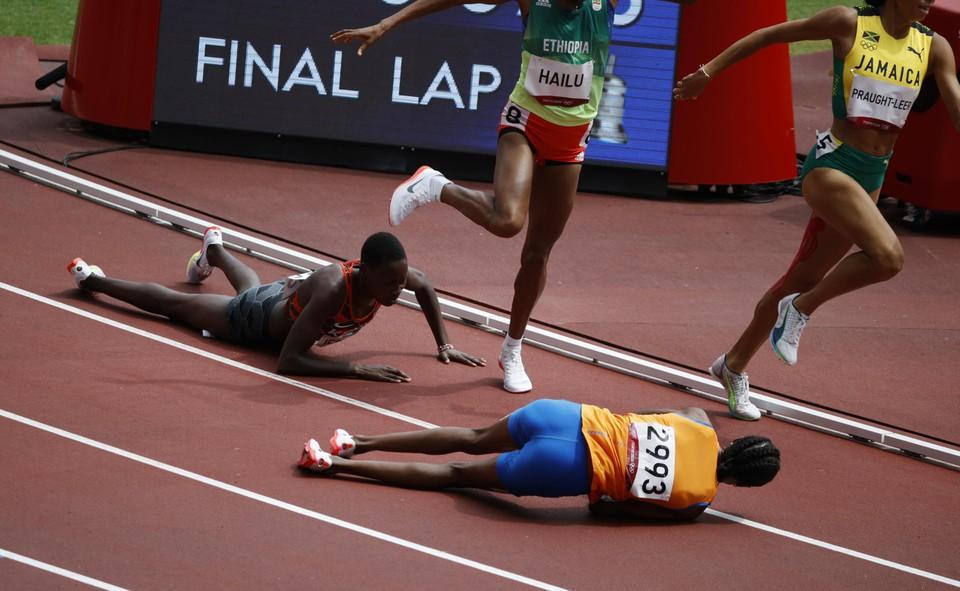 Hassan (blauwe broek en oranje shirt) lijkt uitgeteld in haar reeks van de 1500 meter, maar zal als de bliksem rechtstaan en alsnog autoritair haar reeks winnen.