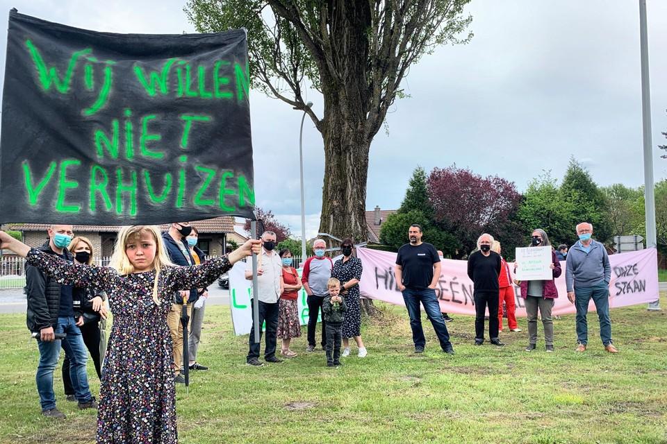Een vijftigtal buurtbewoners van de Rozenstraat, op de grens van Houthalen en Genk, protesteert tegen de komst van de leidingstraat.