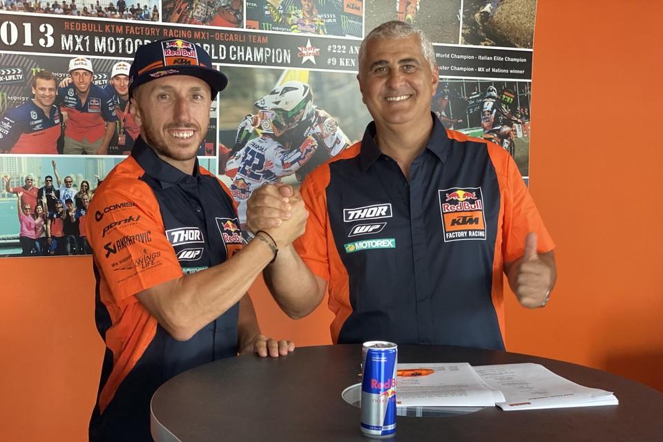 Antonio Cairoli (l) met teammanager Claudio de Carli.