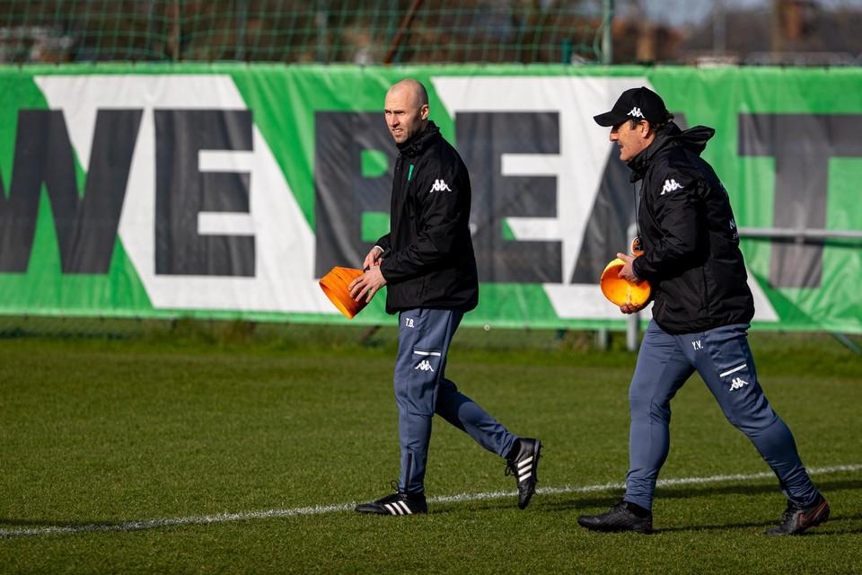 """Buffel en Vanderhaeghe op het trainingsveld van Cercle. """"De staf is er zelfs uitgebreider dan bij KRC Genk."""""""