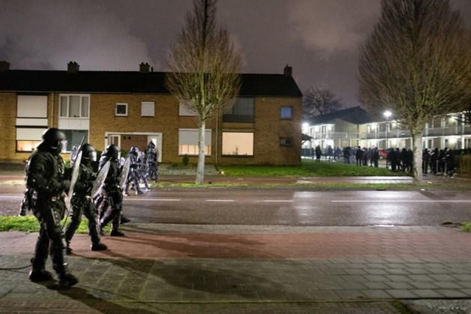 De Mobiele Eenheid van de Nederlandse politie dreef de relschoppers uiteen.