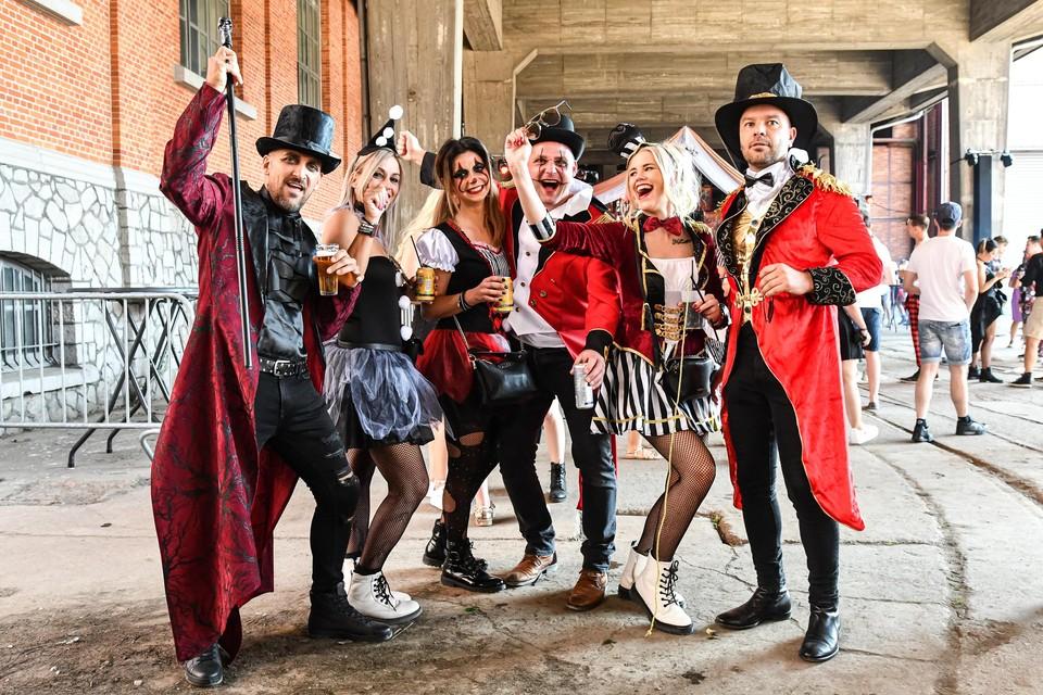 Geen mondmaskers op Thé Dansant, maar wel circusartiesten met schmink en hoge hoeden.