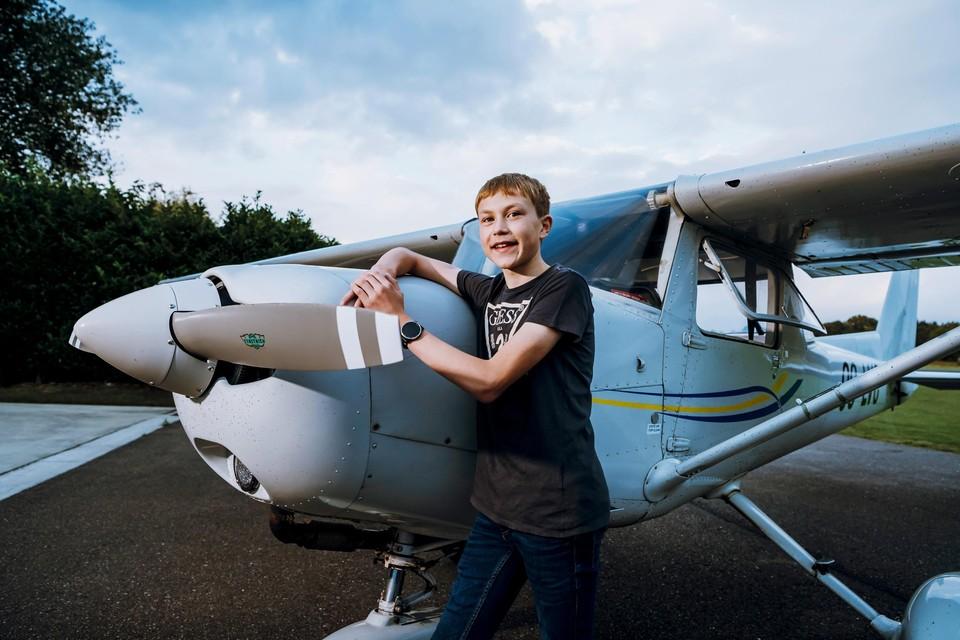 Daan moet nog een kussen onder zijn achterste leggen om over het dashboard te kunnen kijken, maar hij is met zijn 15 lentes wel een van de jongste piloten van het land.