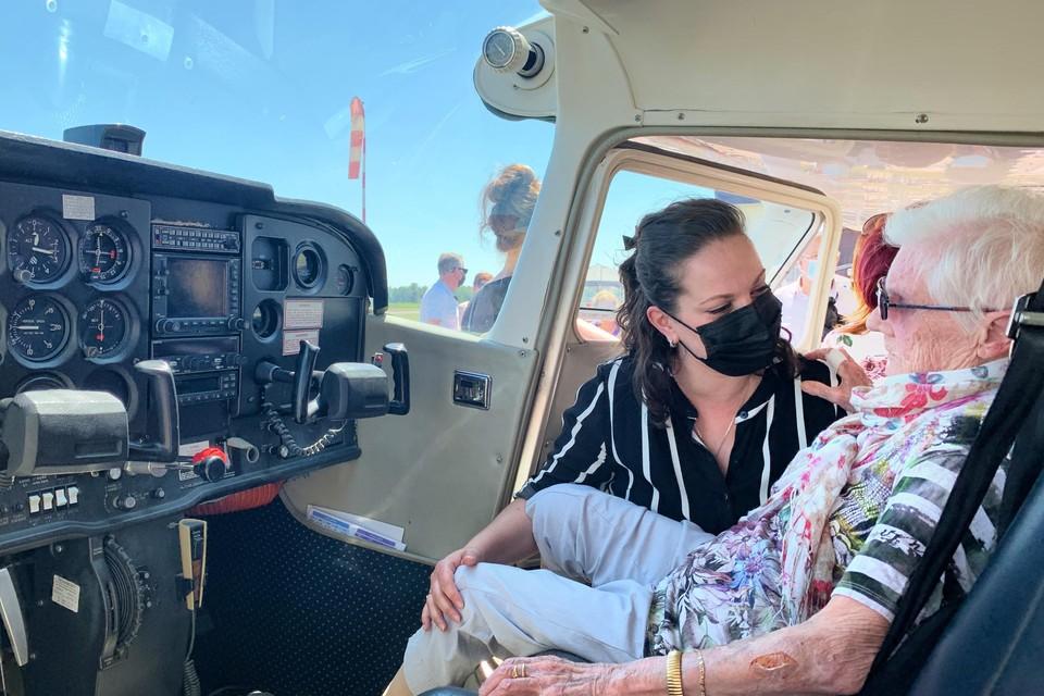 Martha kreeg een plaatsje naast de piloot, die vervolgens over haar oude woonst in Termien vloog.