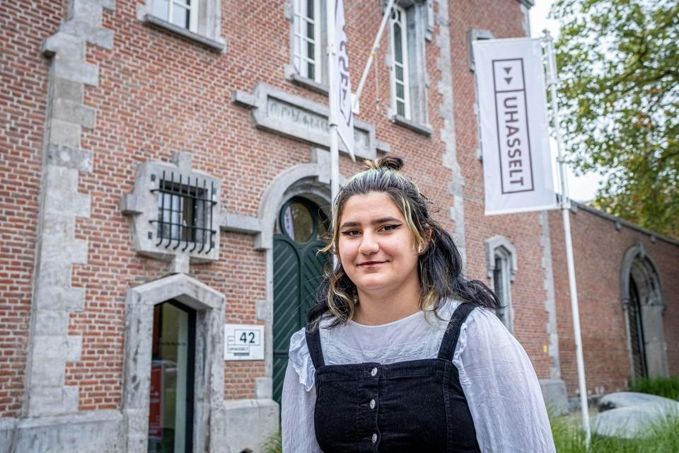 De Genkse Dila Gunaydin (18) schreef zich woensdag (op de campus van de Universiteit Hasselt in de oude gevangenis in het stadscentrum) in voor een opleiding biomedische wetenschappen.