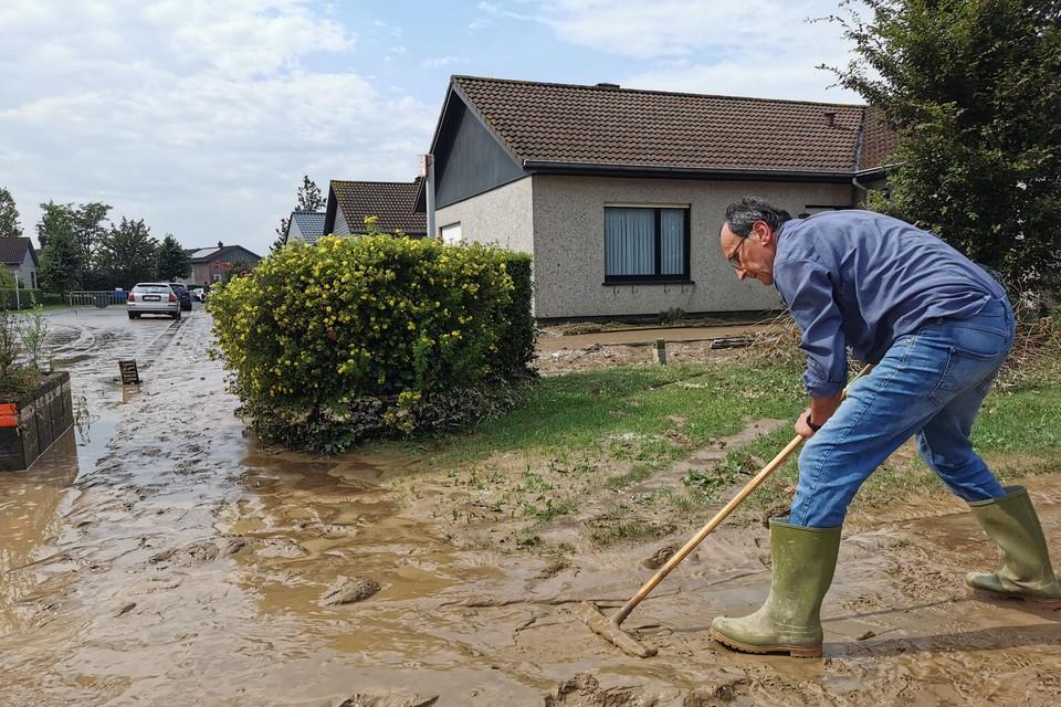 Frank Beygaert moest, net als heel wat andere bewoners van het Heimbeekveld, opnieuw modder ruimen.