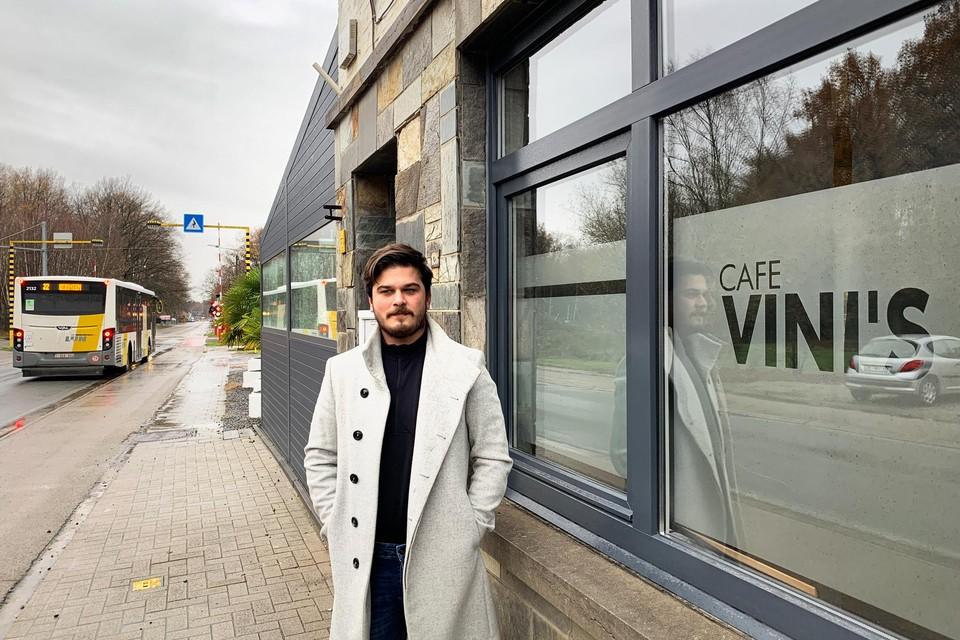 Vincenzo Trobbiani aan zijn zaak Vini's met de officiële gemeentegrens aan de spoorweg op de achtergrond.