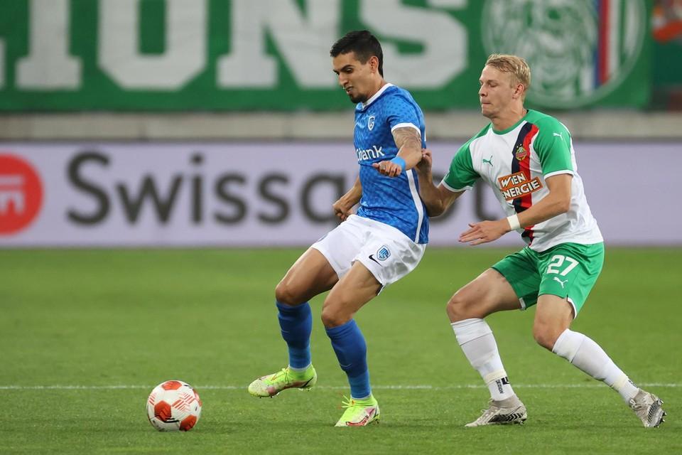 Grüll, hier in duel met Munoz, maakte de goal van de kwalificatie op strafschop.