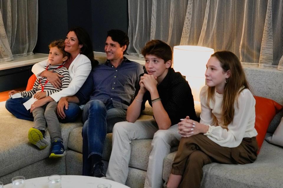 Trudeau bekijkt samen met zijn gezin hoe de resultaten binnenkomen.