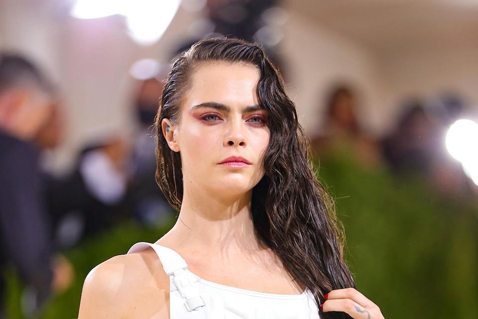 Model Cara Delevingne droeg een kogelvrije vest met een boodschap die binnen kwam.