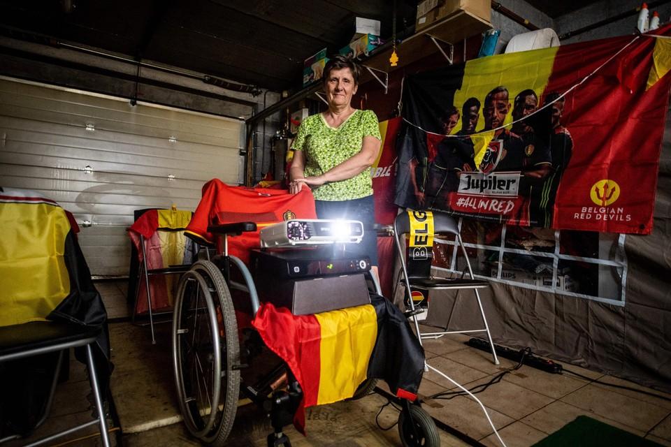 Marijke Sauwens heeft de beamer in de rolstoel van haar overleden man gezet, als eerbetoon.