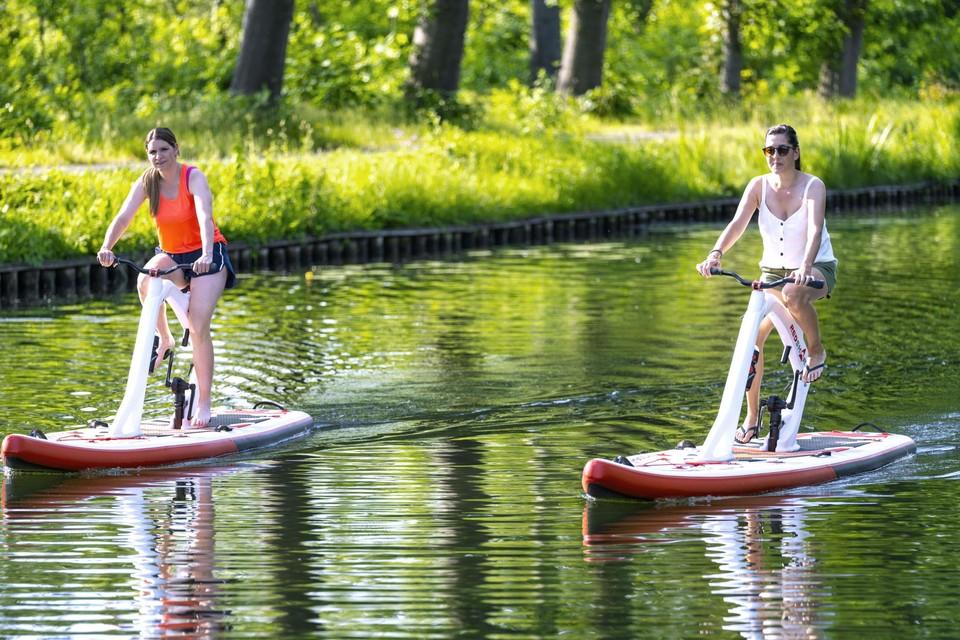Liesbeth en Patricia glijden vlot over het water met de fietssup.
