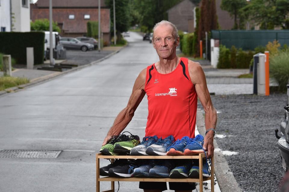 Lanakenaar Jean Hermans (68) liep dit eerste half jaar al 3.500 kilometer en versleet op die zes maanden al zes paar loopschoenen.