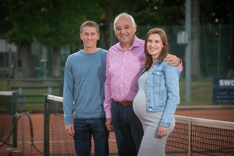 """Jan Vanduren met zijn hoogzwangere dochter Melanie en schoonzoon Kimmer Coppejans: """"Het zijn spannende dagen."""""""