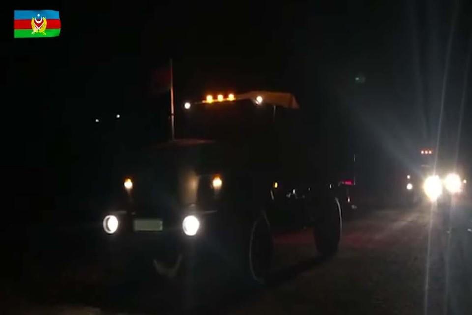 Een Azerbeidzjaanse truck rijdt Latchin binnen.