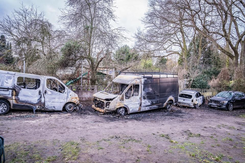 De hevige wind zorgde ervoor dat de vlammen makkelijk hun weg vonden naar de auto's in de buurt van de brandende bestelwagen.