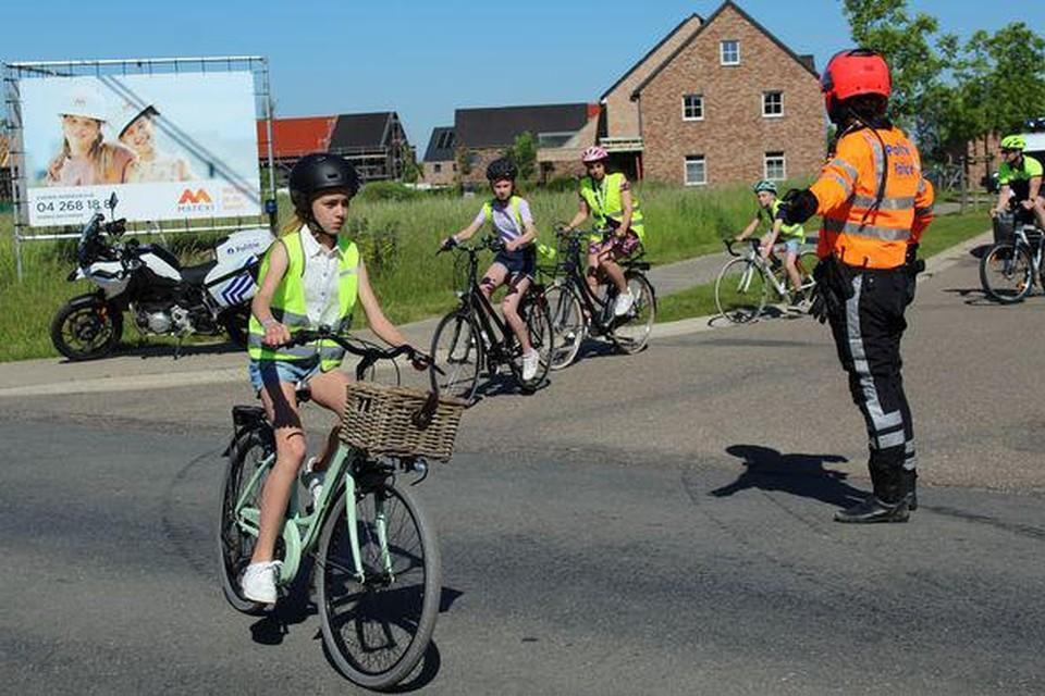 Veilig fietsen onder begeleiding van de politie van Voeren.