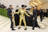 thumbnail: Lil Nas X droeg een harnas onder zijn royale mantel.