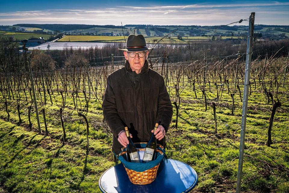 Eugène Ernens op het hoogste punt in zijn wijngaard. Beneden in het dal ligt hoeve Crutzberg.
