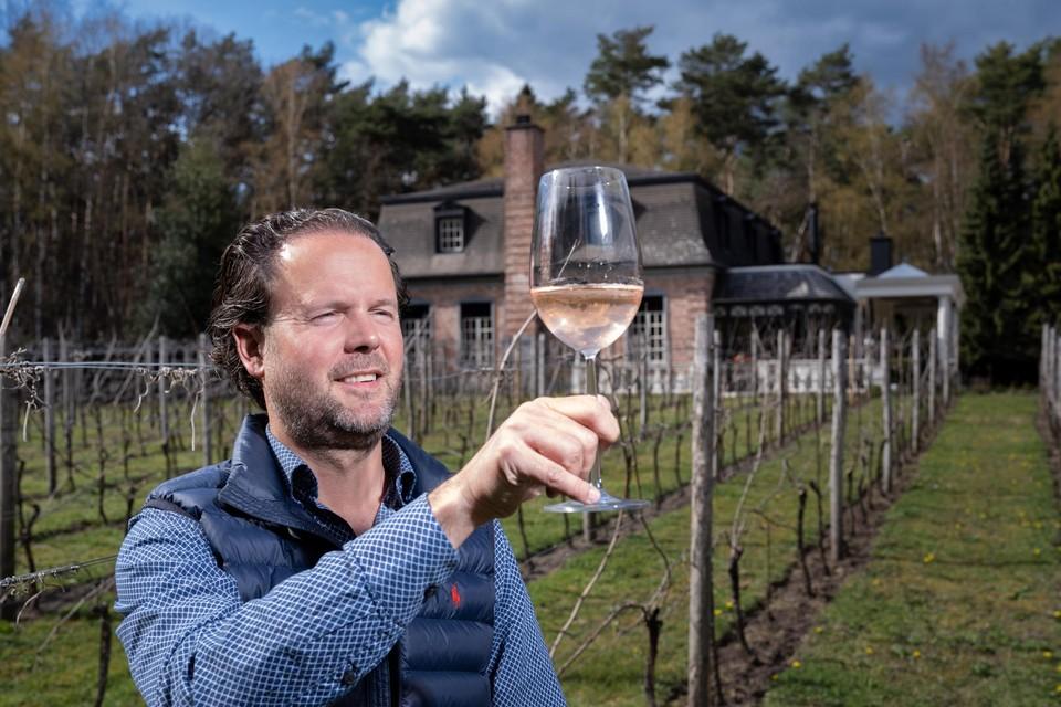 Andries Schepers monstert zijn nieuwe rosé.
