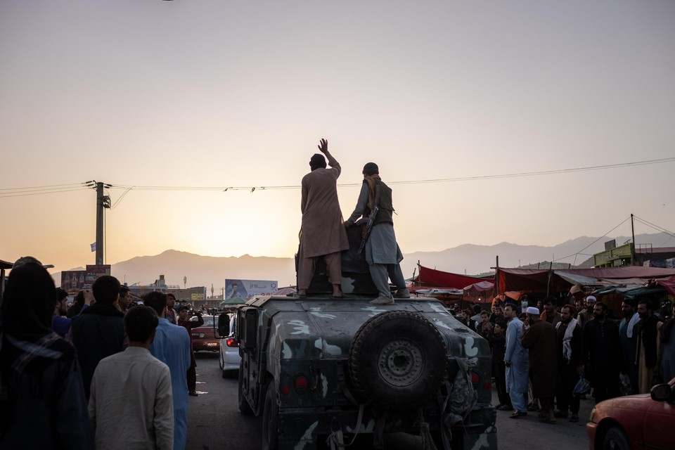Taliban-strijders op een humvee rijden Kaboel binnen. De Afghaanse hoofdstad viel veel sneller dan verwacht.