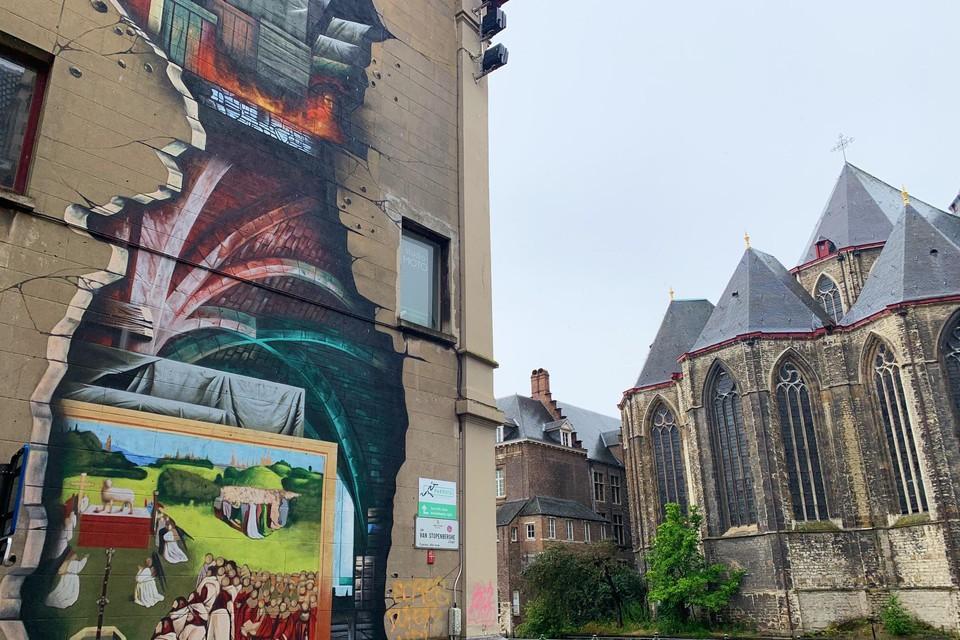 In de schaduw van de Sint-Michielskerk vind je een graffitiversie van het beroemde werk 'De aanbidding van het Lam Gods'.