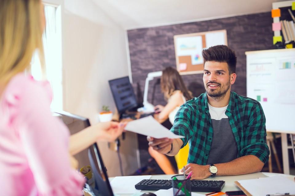 Interimmers moeten hetzelfde loon en dezelfde voordelen ontvangen als vaste werknemers in dezelfde functie.