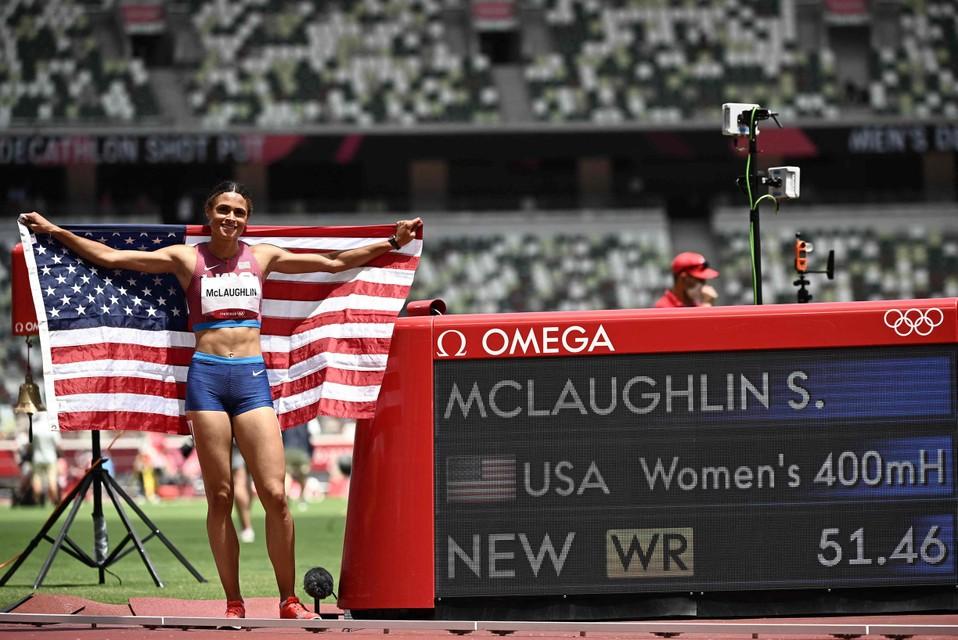 Sydney McLaughlin poseert na een razend spannende finale bij haar nieuw wereldrecord.