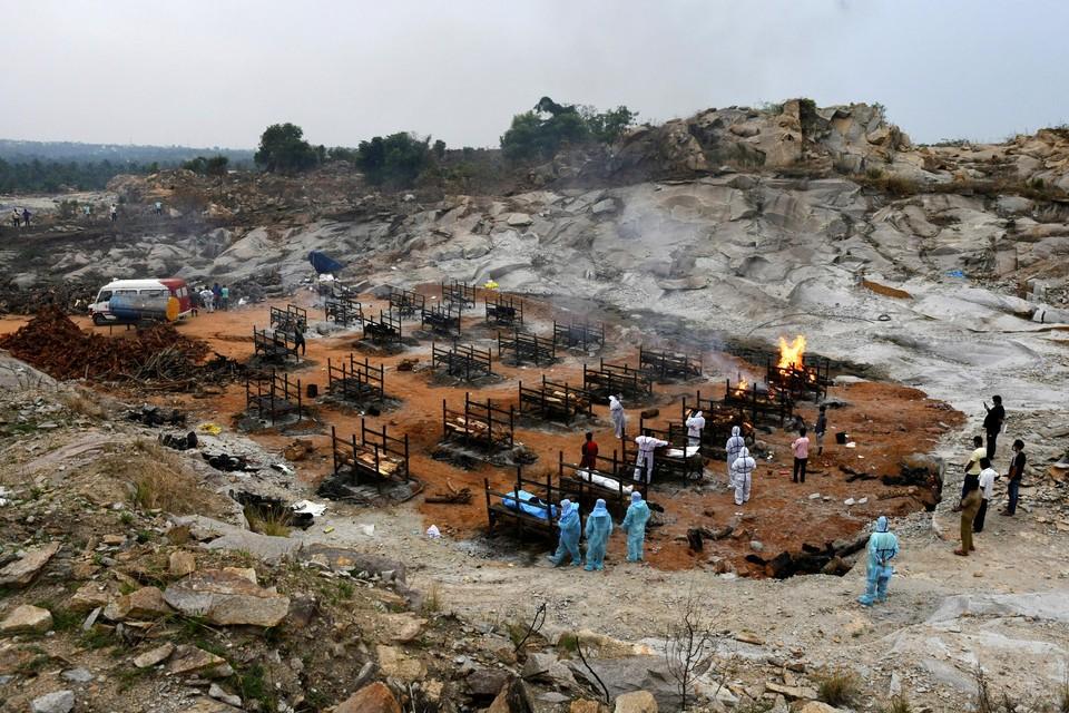 Familieleden en vrijwilligers organiseren de crematie van hun naasten in Bengaluru, India.