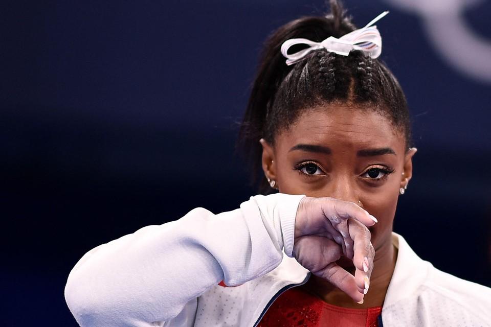 Tranen bij Simone Biles, die geblesseerd moest toekijken hoe Rusland verrassend het goud pakte.