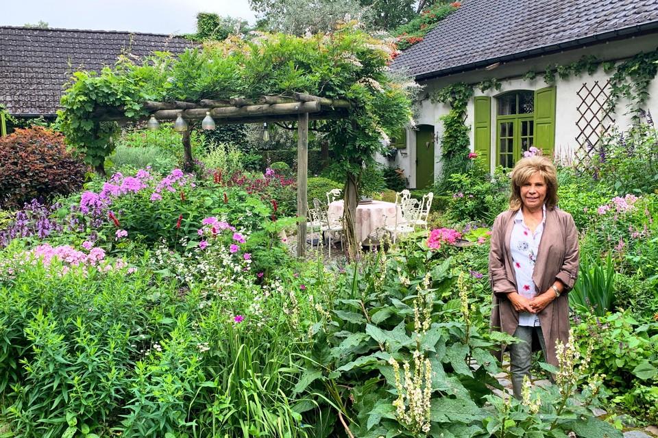 """Dina Deferme in haar kleurrijke tuin: """"Ik hoop dat de koper evenveel liefde voor de tuin heeft als ik."""""""